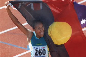 It was Peter Jess who handed Cathy Freeman the flag for this iconic Commonwealth Games moment in 1994.